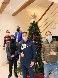 Estudiantes árbol de Navidad con mascarillas
